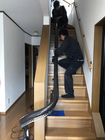 椅子式階段昇降機のレールの取り付け