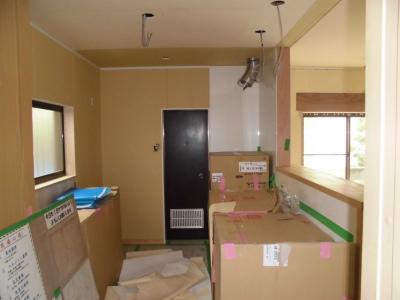 新しいキッチンにキャビネットを設置