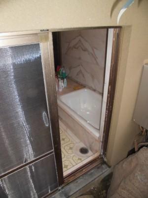 リフォーム前の浴室は庭に出られる吐き出し窓がありました。